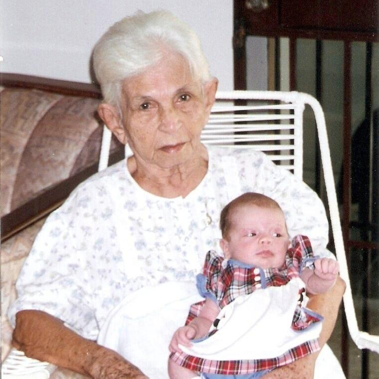 Gabriela e sua bisa Rocilda, a Vó Dindinha 12/04/1998, aos 27 dias. 1º passeio, domingo de Páscoa.